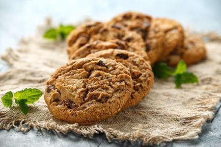 Köstliche Double Chocolate Chip Cookies mit Minze.