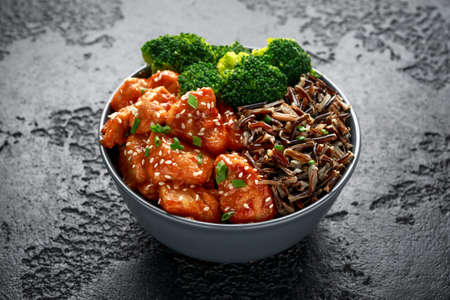 Teriyaki chicken, steamed broccoli and wild rice served in bowl Foto de archivo - 120741750