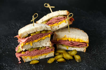 New York pastrami, gherkins and sourdough bread deli sandwich Stock fotó