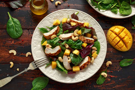 Grilled Chicken Mango salad with nuts and vegetables. Healthy food Stockfoto