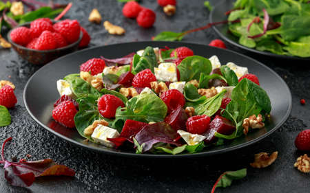 Healthy Beet Salad with raspberry, walnuts nuts and feta cheese. Imagens