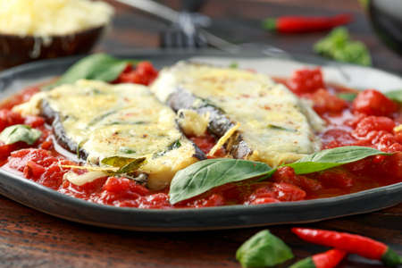 Grilled aubergine, eggplant topped with parmesan cheese crust on crashed tomatoes. Vegetarian pizza version. Stok Fotoğraf