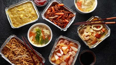 Plats à emporter chinois. Soupe de boulettes de porc wonton, émincé de boeuf croustillant, poulet aigre-doux à l'ananas, nouilles aux œufs avec fèves germées, curry.