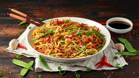 Chow mein, danie z makaronem i warzywami z drewnianymi pałeczkami