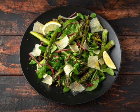 Grilled Asparagus salad with green vegetables and parmesan cheese 版權商用圖片