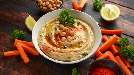 Hummus with olive oil, paprika, lemon and carrot. Stockfoto