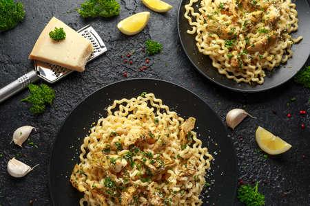 Artichoke hearts and lemon pasta with parmesan cheese and parsley Archivio Fotografico - 125325337