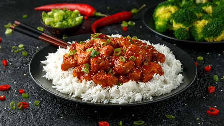 Tsos chicken with rice, green onion and broccoli 免版税图像