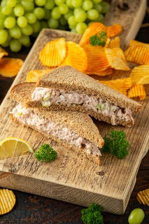Gesundes Thunfisch-Sandwich mit Sellerie und Zwiebel auf Holzbrett Standard-Bild