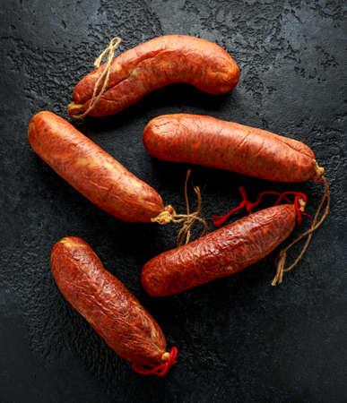 Saucisse traditionnelle de sobrassada à la viande crue des Baléares à base de porc haché, de paprika et d'épices sur fond noir rustique Banque d'images