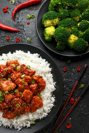 Tsos chicken with rice, green onion and broccoli 스톡 콘텐츠