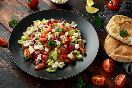 Turkish Shepards Salad with cucumber, tomato, red onion, pepper, parsley pita bread and Feta cheese Stockfoto
