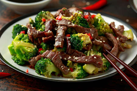 Homemade Beef and Broccoli with Rice and herbs on wooden table 版權商用圖片