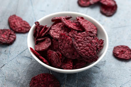 Healthy Baked Beetroot Chips in white bowl Stockfoto