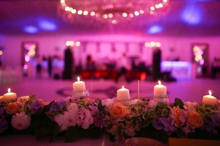 Flaming velas y flores decoración Foto de archivo