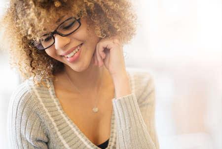 jolie fille: Belle fille souriante par la fenêtre Banque d'images