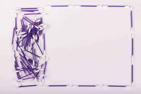 pile of purple cotton buds on white background, hygiene concept, copy space Banque d'images