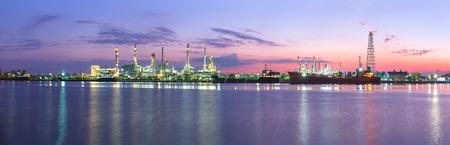 Tanker Oil Raffinerie in der Dämmerung - Panoramabild Standard-Bild