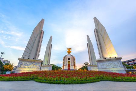 民主記念塔がバンコク、タイの憲法記念碑の歴史です。