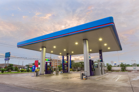 Station d'essence au coucher du soleil. Banque d'images - 70258654