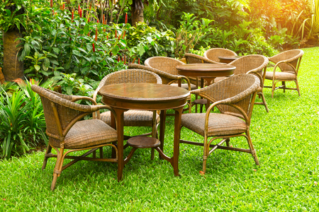 caoba: Wodd mesa y sillas de pie sobre un césped en el jardín.