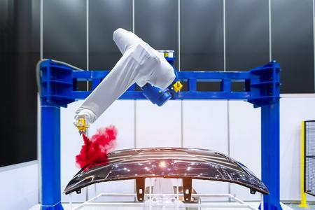 Roboterarm-Lackierspray auf das Autoteil. High-Tech-Fertigungskonzept.