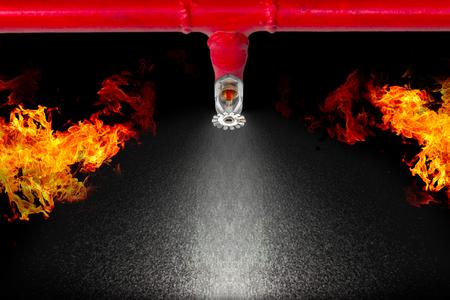 Afbeelding van hangende brand sprinkler op witte achtergrond. Sprinklers maken deel uit van een algemeen veiligheidsprotocol voor brandveiligheid en levensveiligheid.