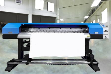 Grande macchina da stampa offset o rivista che esegue un lungo rotolo di carta nella linea di produzione della stampante industriale. Archivio Fotografico