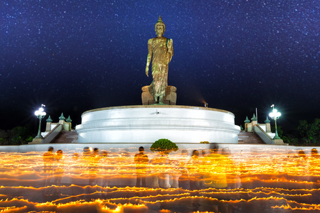 Buddhism Ceremony, Candlelight light trails of people walking around the church in Magha Puja Day, Important day in buddha religion at Phutthamonthon park, Nakhon Pathom. 版權商用圖片
