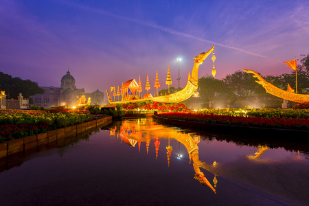 Replica of the Suphannahong Royal Barge in Aun Ai Rak Khlai Khwam Nao winter fair at The Royal Plaza (Dusit Palace Plaza, or Equestrian Statue Plaza), Bangkok, Thailand. 新聞圖片