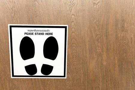 Footprint sign for warning to keep social distance between each other to protect (CoVID-19). Zdjęcie Seryjne - 149789716