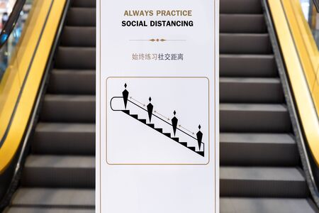 Social distancing sign for warning to keep social distance between each other to protect (CoVID-19) when on escalators.. Zdjęcie Seryjne - 149789729