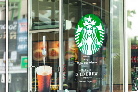 Bangkok, Thailand - November 27, 2018 : Exterior view of a Starbucks store in the city centre. Starbucks is the world's largest coffee house with over 20,000 stores in 61 countries. Zdjęcie Seryjne - 148825697