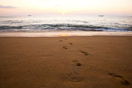 Footprints going towards the sea Imagens