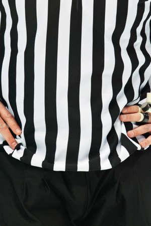 hockey cesped: Un pie de ist de �rbitro de hockey sobre hielo con los brazos sobre el pecho Foto de archivo