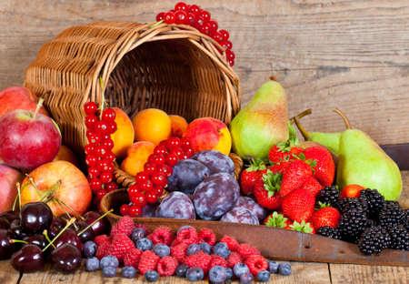 canasta de frutas: Una canasta de frutas frescas con frutas Europeo en verano Foto de archivo