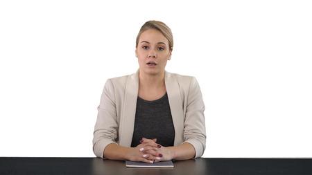 Locutor de televisión hermosa joven dando un discurso, fondo blanco. Foto de archivo