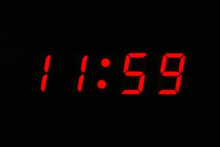 casi: Casi doce horas - reloj digital que muestra 11 59  Foto de archivo