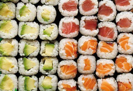 maki sushi: Maki Sushi en avocats, le saumon et le thon - full frame