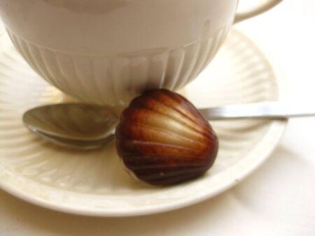praline: Chocolade praline en thee kopje Stockfoto