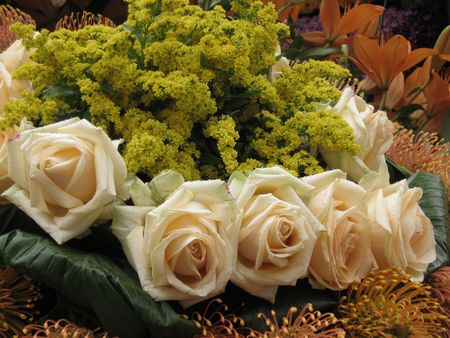 hyacints narcissus: Flower arrangement with cream white roses