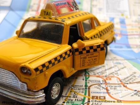 tour guide: Nueva York de transporte: taxi amarillo en el mapa de metro Foto de archivo