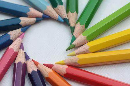 ni�os con l�pices: c�rculo de colores