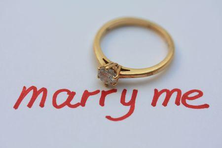 anillo de compromiso: propuesta por escrito con el anillo de compromiso solitario Foto de archivo
