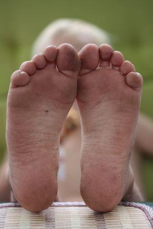 old year: piedi sporchi di un ludiche di sei anni