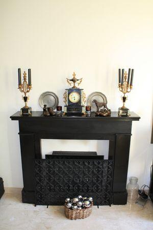 horloge ancienne: Chemin�e en marbre noir avec horloge ancienne et la congruence des bougeoirs
