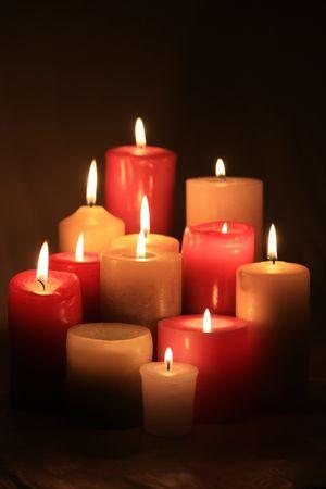 Eine Gruppe von brennenden Kerzen in Rot und Weiß Standard-Bild - 5841481