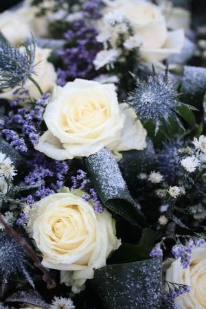 Ein Blumenarrangement im Schnee, weisse Rosen und anderen blauen Blumen  Standard-Bild - 6230081