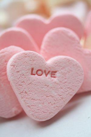 Ein rosa Valentin-Candy-Herz mit die Wort-Liebe  Standard-Bild - 6230072
