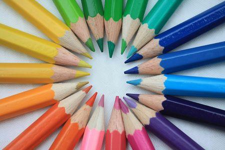 Lápices de color a estrenar en colores básicos, haciendo un círculo de arco iris Foto de archivo
